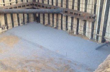 Разработка котлована со шпунтовыми ограждениями и бетонным полом