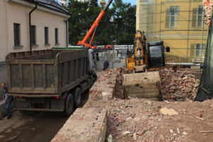 Несколько видов специализированной техники убирают строительные отходы
