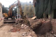 Специализированная техника работает над разрушением ветхого здания в черте города