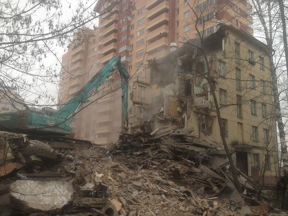 Снос ветхого пятиэтажного дома при помощи экскаватора-разрушителя