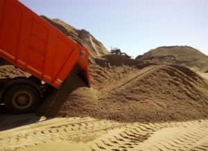 Доставка и выгрузка мытого песка самосвалом