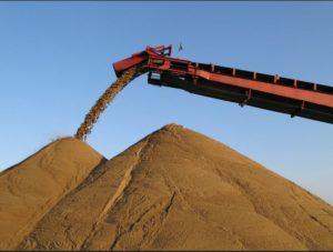 Пересыпка карьерного сеяного песка транспортером
