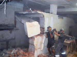 Ручной демонтаж внутренней стены дома
