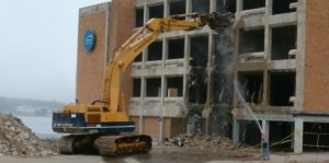 Обрушение перекрытий здания экскаватором