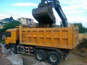 Загрузка строительного мусора в самосвал