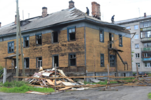 Дом в аварийном состоянии в процессе сноса